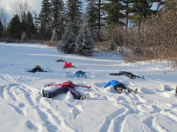 kids making snowangels
