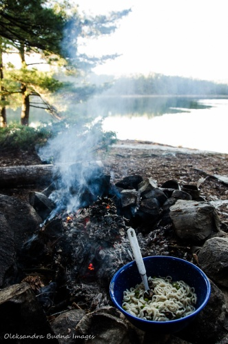 camping meals ramen noodles near the campfire