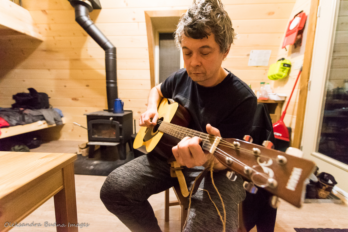 playing guitar in a family pod at Au Diable Vert